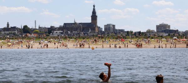 na het werk zwemmen in de spiegelwaal in Nijmegen